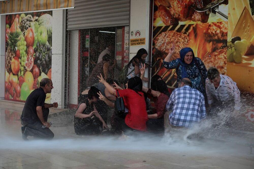 Bir market önünde toplanan gruba da tazyikli su ile müdahale edildi.