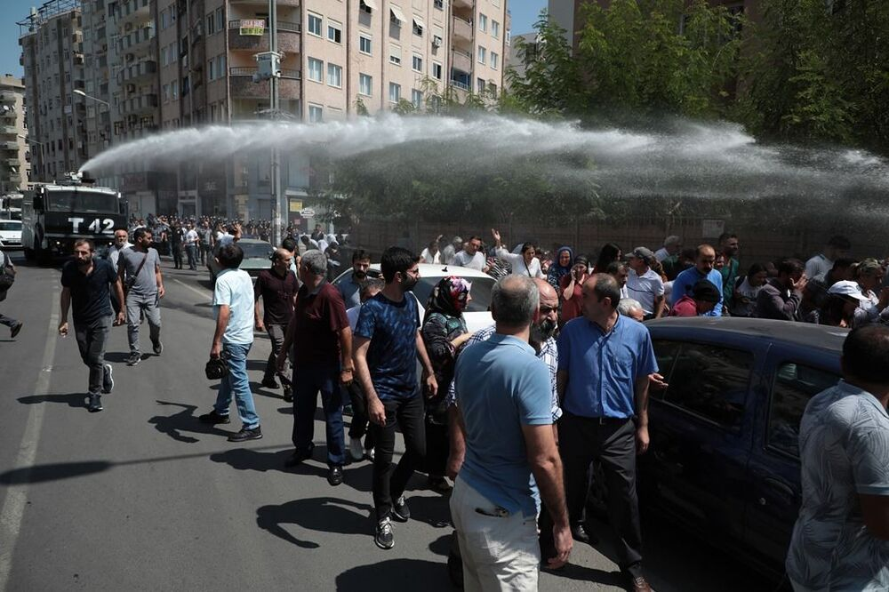 Polis, kalabalığı belediye önünden tazyikli su sıkarak dağıtmaya çalıştı.