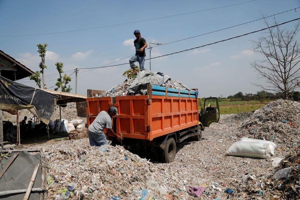 Endonezya, bir önceki yıla göre yüzde 141 oranında artışla 283 bin ton plastik atık ithal etti.