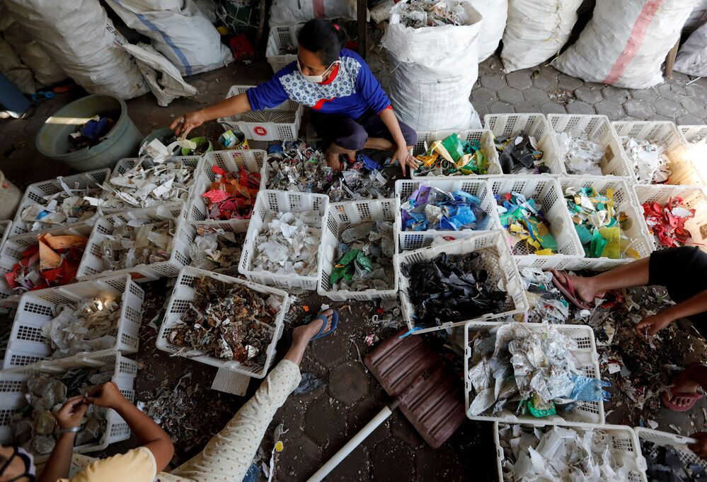 Köylüler geri dönüşüm firmalarına satmak amacıyla plastik ve alüminyum arıyor.
