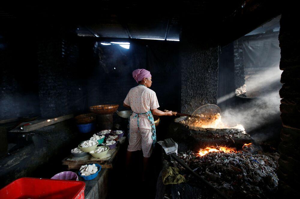 Soya peyniri üreticileri de, soya bazlı yiyecek üretirken yakıt olarak kullanmak üzere atık satın alıyor.