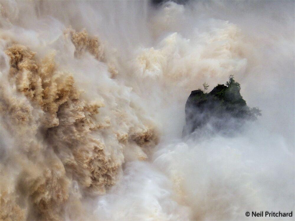 Neil Pritchard, Barron Falls isimli fotoğrafıyla yarışmanın Manzara kategorisinde birinci oldu.