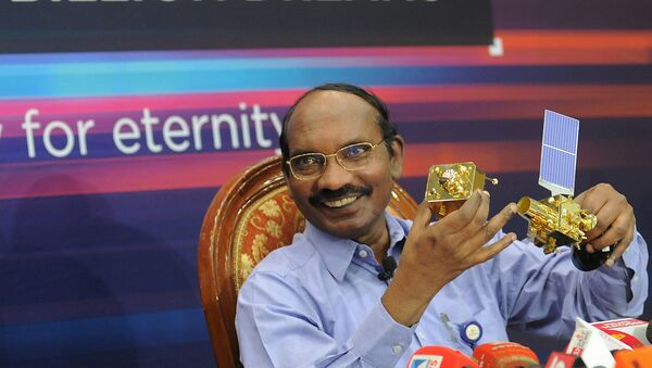 Hindistan Uzay Araştırma Organizasyonu (ISRO) Başkanı Kailasavadivoo Sivan, Chandrayaan 2 uzay aracının bir maketini gösteriyor.  - Sputnik Türkiye