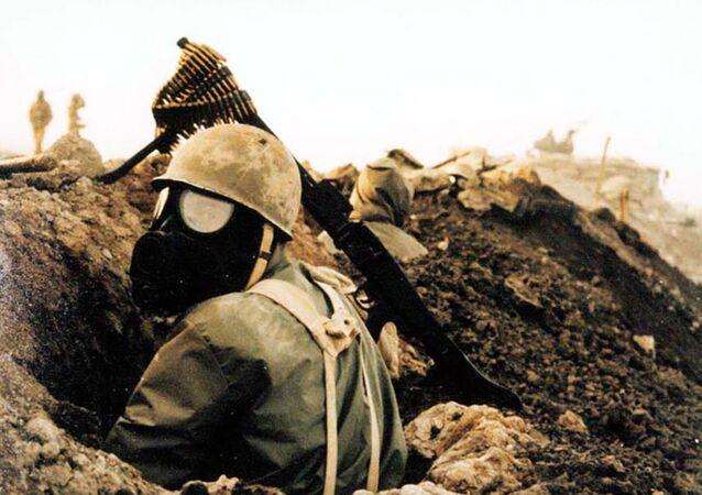 Irak-İran savaşında Irak'ın kimyasal silah saldırıları sebebiyle maske takan İranlı asker. Günümüzde  İran ve Irak'ta bu silahların kullanımı sonucu sakat kalan ve hala hayatta olanların sayısı yüz binlerle ifade ediliyor.
