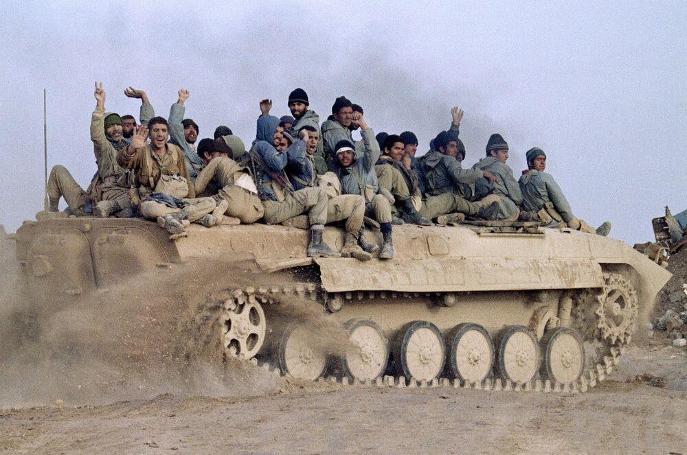 Irak Silahlı Kuvvetleri'ne karşı kazandıkları zaferi kutlayan İranlı askerler, 24 Ocak 1987