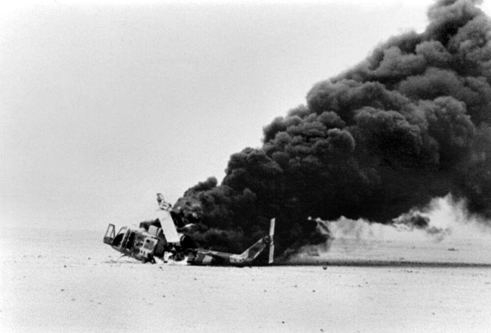 İran-Irak savaşında Abadan bölgesinde düşürülen İran Hava Kuvvetleri'ne ait olan helikopterden yükselen duman, 17 Kasım 1980