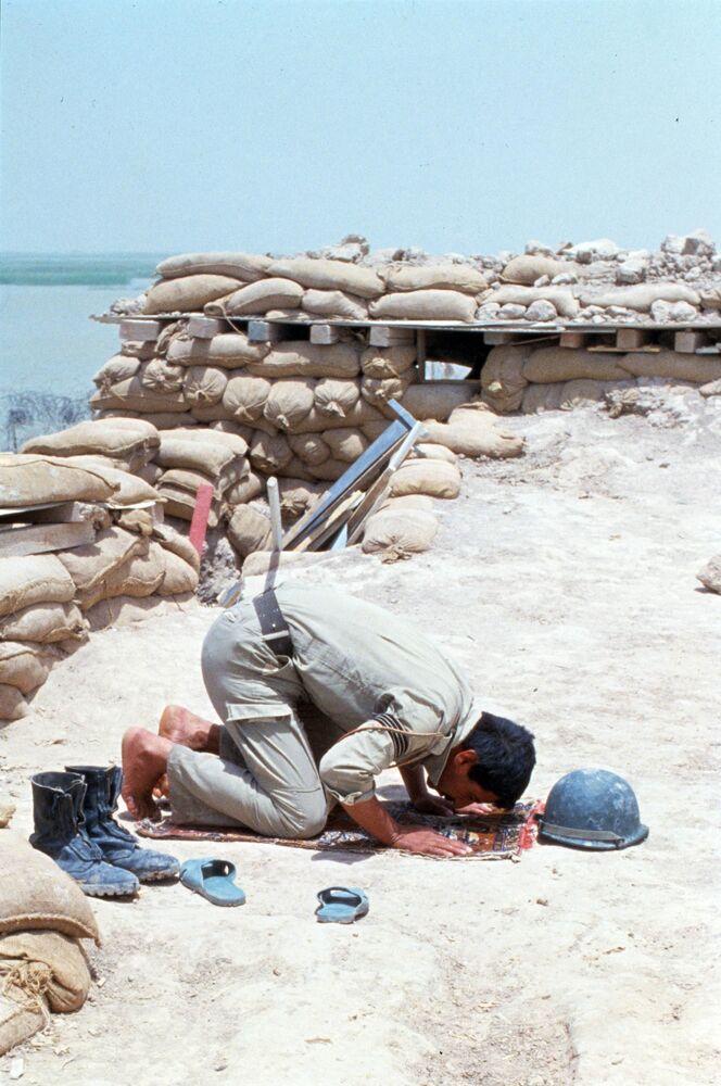 Ramazan sırasında namaz kılan Iraklı asker, Haziran 1984