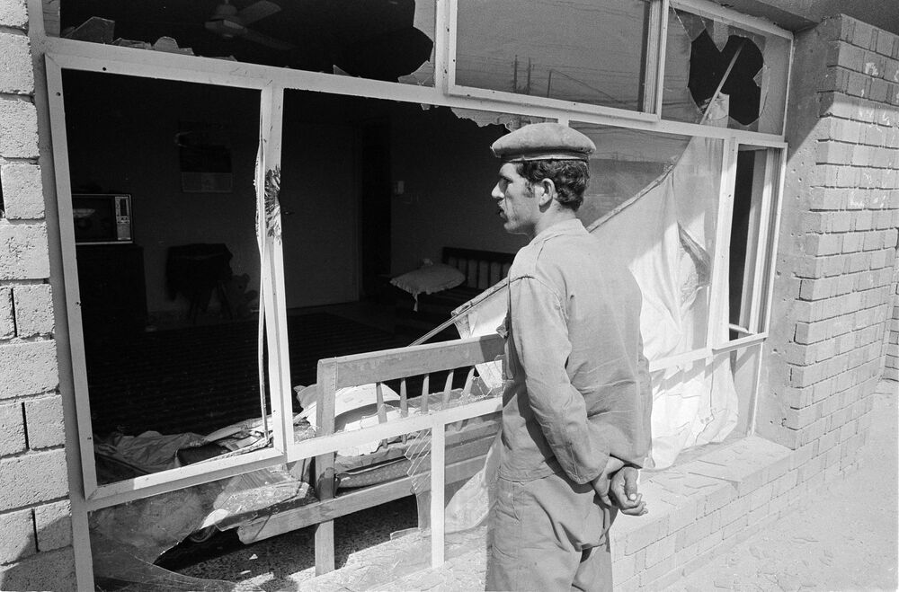Iraklı asker, İran sınırına yakın olan ve çatışmalarda büyük zarar gören  Mandali köyünde, Haziran 1984