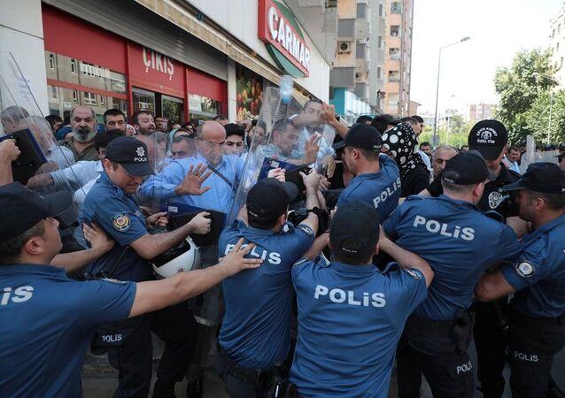 Diyarbakır'da Halkların Demokratik Partisi (HDP), Diyarbakır, Mardin ve Van Büyükşehir belediye başkanlarının görevden alınarak yerlerine kayyum atanmasına yönelik eylemler bugün de devam etti.