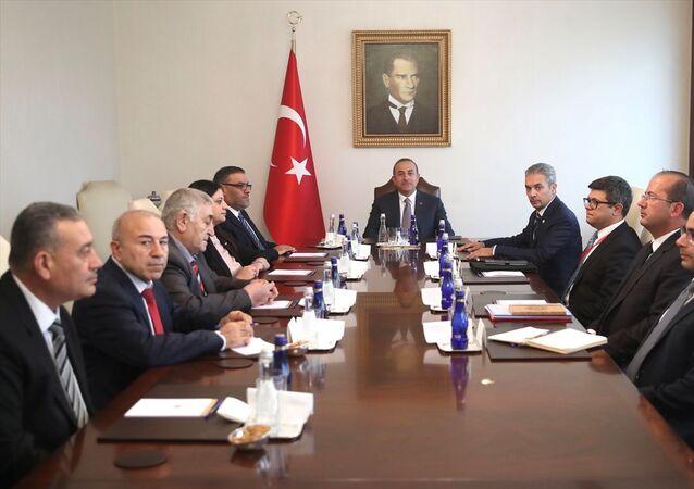 Dışişleri Bakanı Mevlüt Çavuşoğlu, Suriye Ulusal Koalisyonu'nun (SUKO) yeni Başkanı Enes Abde ve Başkanlık Divanı'nın yeni üyelerini kabul etti.