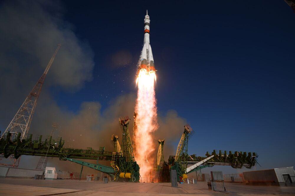 Rus uzay ajansı Roscosmos, fırlatma işlemini internet sitesi üzerinden canlı olarak yayınladı.