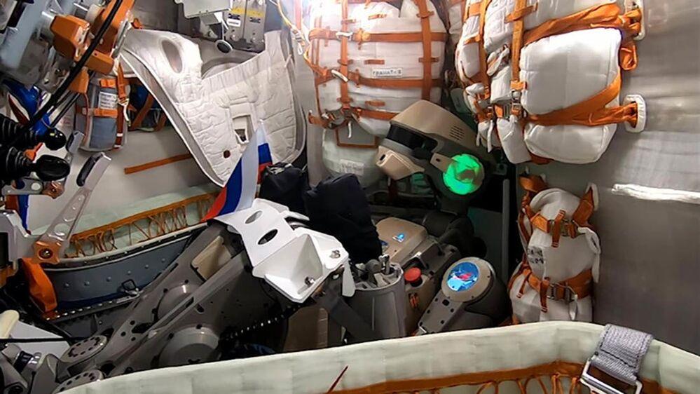 """Rusya'nın uzaya gönderdiği ilk insansı robot olan FEDOR, fırlatma işlemi sırasında, uzaya giden ilk insan olan Rus kozmonot Yuri Gagarin'in 12 Nisan 1961'deki yolculuğuna başlarken söylediği efsaneleşmiş """"Hadi gidelim!"""" (Poyehali!) ifadesini kullandı."""