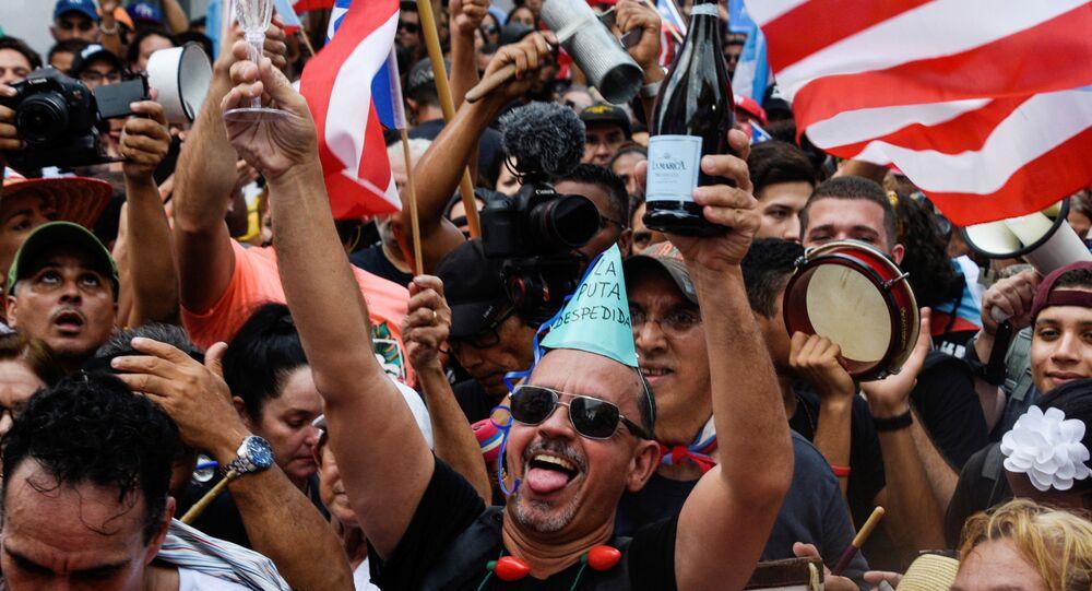 Porto Rikolular ısrarlı protestoların ardından 2 Ağustos 2019'da Vali Ricardo Rossello'nun istifa etmesini çılgınce kutlarken