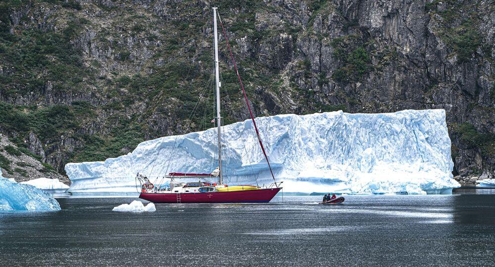 Ortalama sıcaklığın -7 derece olmasına karşın, iklimin kuru ve güneşli olduğu Grönland'da kışlar oldukça soğuk geçiyor. Sadece kışın değil; buzlu bölgelerde sıcaklık yazın bile donma noktasının altında seyrediyor.