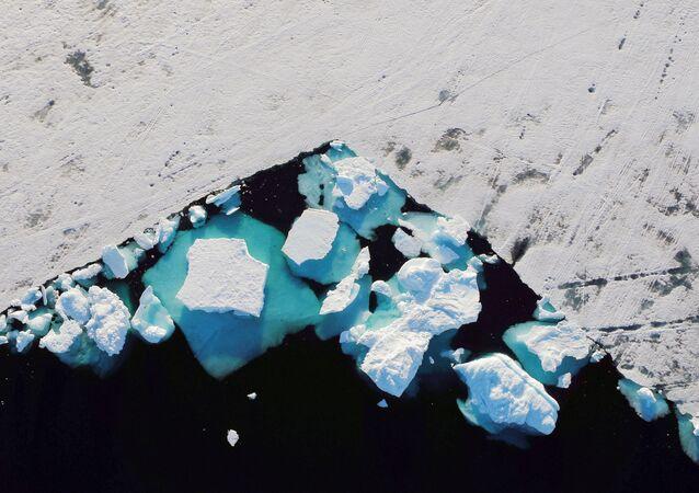 Antarktika'dan sonraki en büyük buz örtüsü Grönland'a ait. Erimesi halinde dünya denizlerinin seviyesi yaklaşık 7 metre yükselir ve bu da pek çok şehrin su altında kalması anlamına gelir.