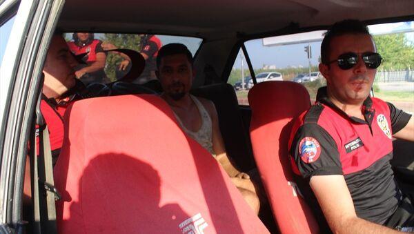 Adana'da trafikten men edilmiş, üzerinde haciz bulunan otomobil sahte plaka takılmış halde trafikte ele geçirildi. Polis, araç sürücüsü ve sahibi Fatih K'ya ehliyetsiz araç kullanma ve sahte plaka nedeniyle 9 bin lira ceza kesti. - Sputnik Türkiye