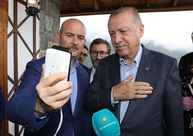 Cumhurbaşkanı Erdoğan, Diyarbakır'da oğlu Mehmet Akar'ın (21) HDP'lilerce dağa kaçırıldığını iddia eden ve dört gündür HDP İl Başkanlığı önünde eylem yapan sonrasında oğluna kavuşan Hacire Akar ile telefonda görüntülü olarak konuştu.