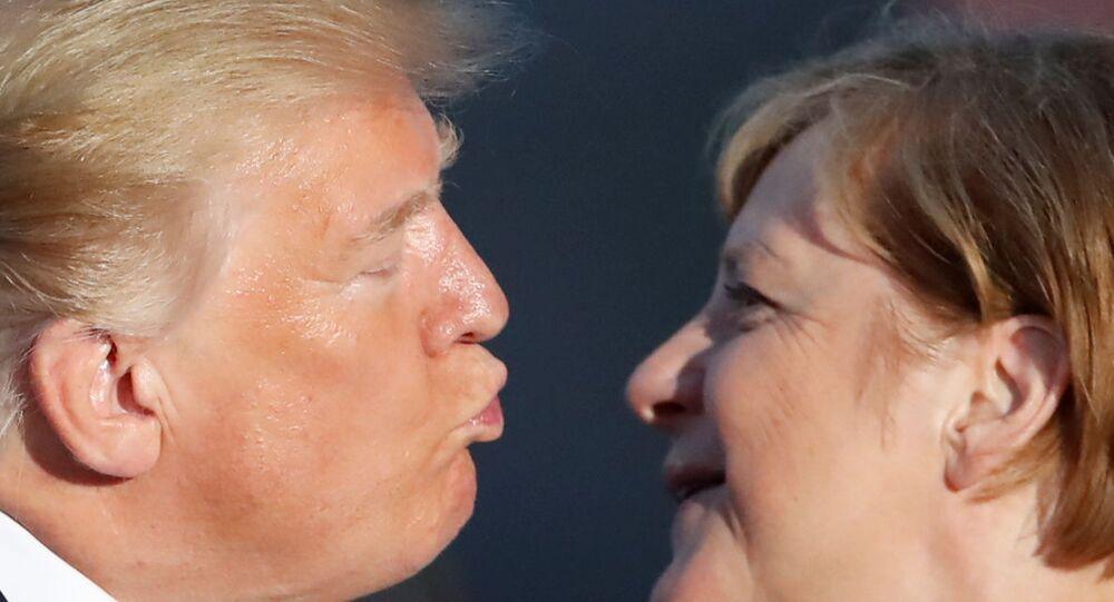 Fransa'nın Biarritz kentindeki G7 zirvesinin aile fotoğrafı çekimi sırasında ABD Başkanı Trump sık sık sert şekilde eleştirdiği Almanya Başbakanı Merkel'i 'yavaş çekimle' yanağından öptü.