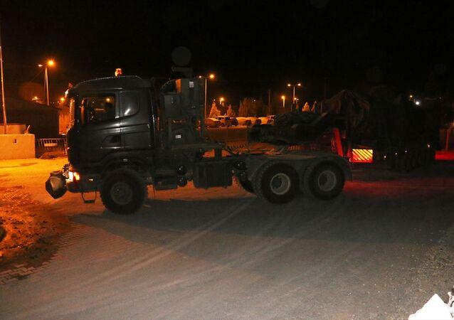 Türk Silahlı Kuvvetleri (TSK) tarafından Suriye sınırındaki askeri birliklere zırhlı araç ve mühimmat takviyesi yapıldı.