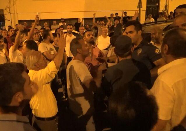 Bursa'da 250 kişilik grup 'uyuşturucu ticareti ve fuhuş yapan' kadının evine saldırdı