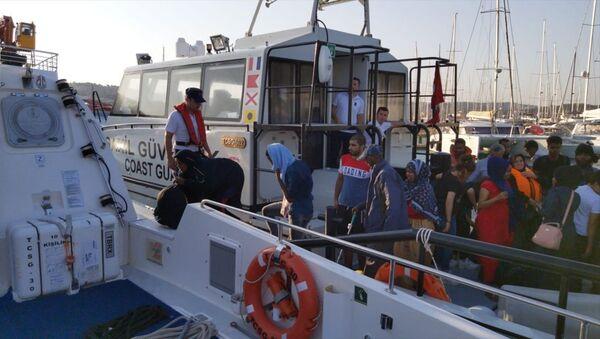 İzmir'de 69 düzensiz göçmen yakalandı - Sputnik Türkiye