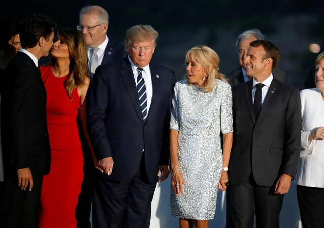 G7 zirvesi aile fotosu çekimi sırasında Melania Trump, Justin Trudeau'nun yanağına öpücük kondururken