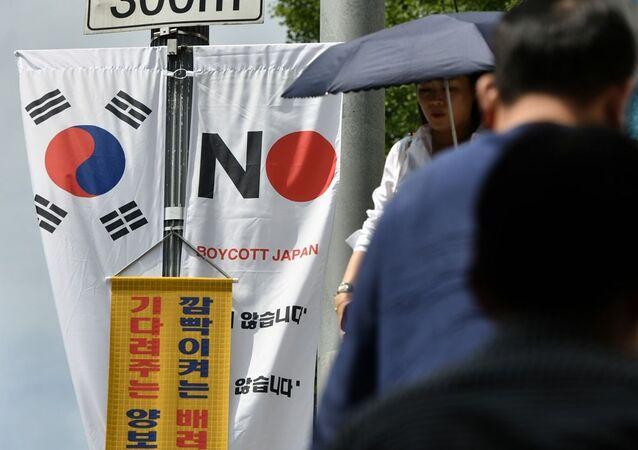 Seul'un Jung-gu bölgesindeki bir caddede asılı olan Japonya'yı boykot edin afişi