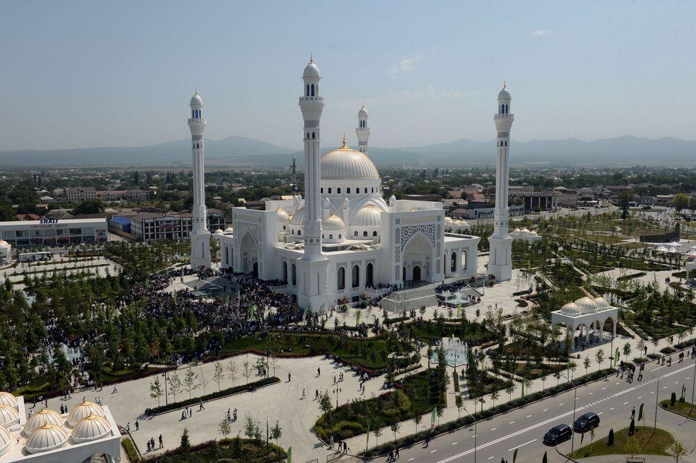 Caminin, Mekke ve Medine'deki camilerin ardından en güzel 3. cami olduğu belirtiliyor.
