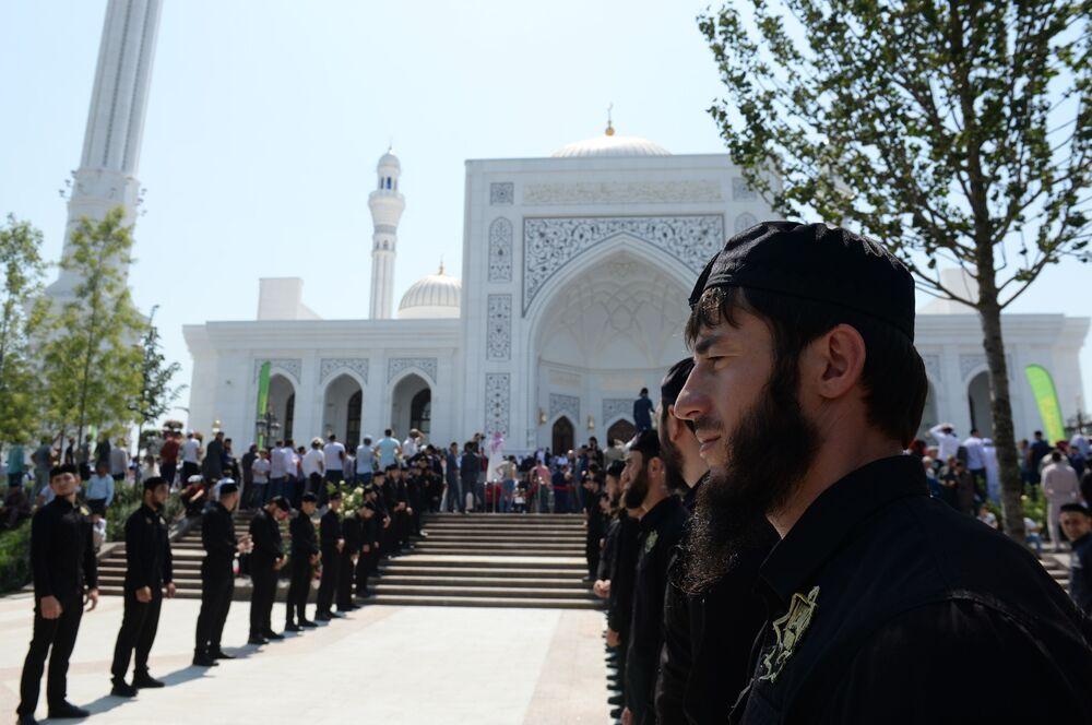 'Müslümanların gururu' olarak adlandırılan caminin açılış töreninden bir kare.