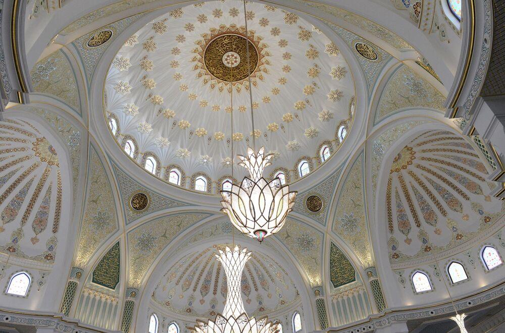 Türk ve Özbek ustaların önemli bir katkı sunduğu caminin yaklaşık 3 ton ağırlığındaki özel avizesi de Türkiye'de üretildi.