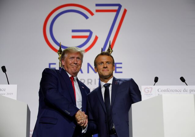 French President Emmanuel Macron shakes hands with U.S. President Donald Trump during a joint press conference at the end of the G7 summit in Biarritz, France, August 26, 2019.  REUTERS/Philippe Wojazer