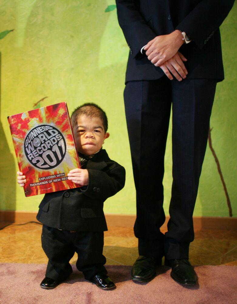 2011'de Guinness Rekorlar Kitabı'na Dünyanın en kısa adamı olarak giren 24 yaşındaki Edward Nino Hernandez, 70 santimetrelik boya sahip.