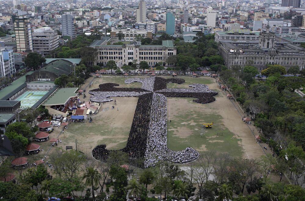 Filipinler'deki Santo Tomas Üniversitesi'nin öğrencileri, öğretim görevlileri ve  personeli, Guinness Rekorlar Kitabı'na giren Dominik Haçı'nı yaptı. Haç 20.000'den fazla kişiden oluşuyordu.