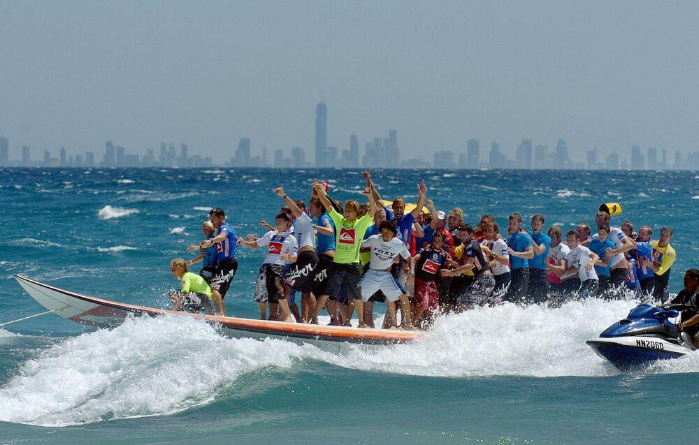 ABD'de tek bir sörf tahtası üzerinde bir dalgayı aynı anda aşan en fazla sayıda sörfçü rekorunu kırarak Guinness Rekorlar Kitabı'na giren 66 sörfçü.