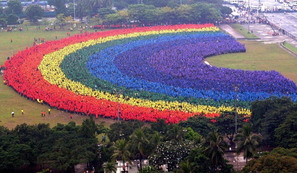 2004 yılında Filipinler'in başkenti Manila'da Filipinler Politeknik Üniversitesi'nin 31 bin öğrencisi, öğretim görevlisi ve mezunu 'canlı gökkuşağı' figürünü oluşturarak Guiness Rekorlar Kitabı'na girdi.