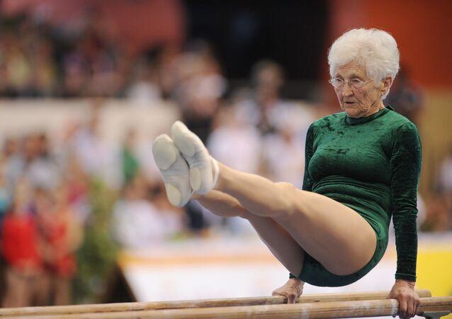 Dünyanın en yaşlı jimnastikçisi olarak Guinness Rekorlar Kitabı'na giren 1925 doğumlu Alman Johanna Quaas.