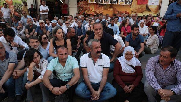 Tunceli Belediye Başkanı Fatih Mehmet Maçoğlu, Diyarbakır'daki kayyum protestosunda - Sputnik Türkiye