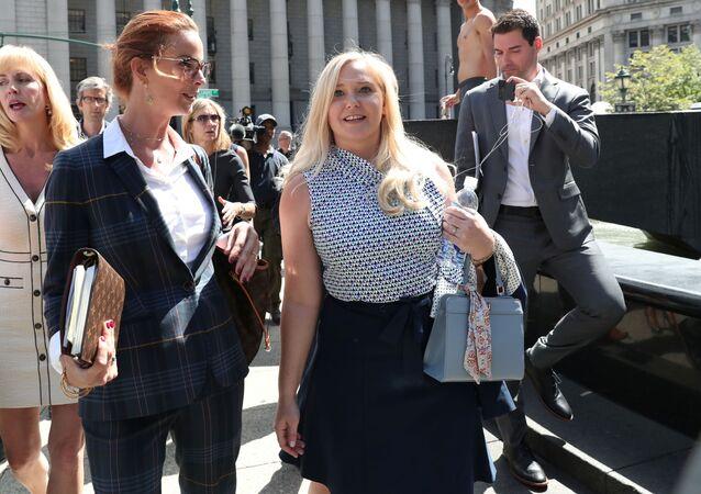 Virginia Giuffre (sağda) Jeffrey Epstein'ın ölümü nedeniyle kapanan davanın son duruşmasından çıkarken