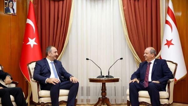 Kuzey Kıbrıs'a günübirlik ziyaret gerçekleştiren Adalat Bakanı Abdulhamit Gül (solda), Cumhurbaşkanı Mustafa Akıncı, Cumhuriyet Meclisi Başkanı Teberrüken Uluçay ve Başbakan Ersin Tatar (sağda) ile görüştü. - Sputnik Türkiye