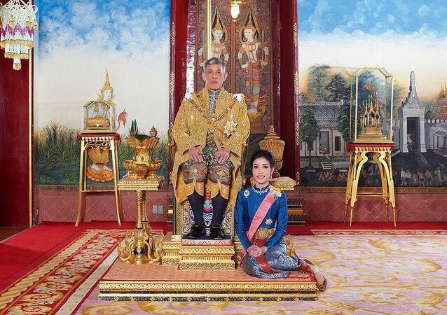 Kralın resmi metresi ilan edildiği tören sırasında Sineenat Wongvajirapakdi, Tayland Kralı Maha'nın ayaklarına kapandı.
