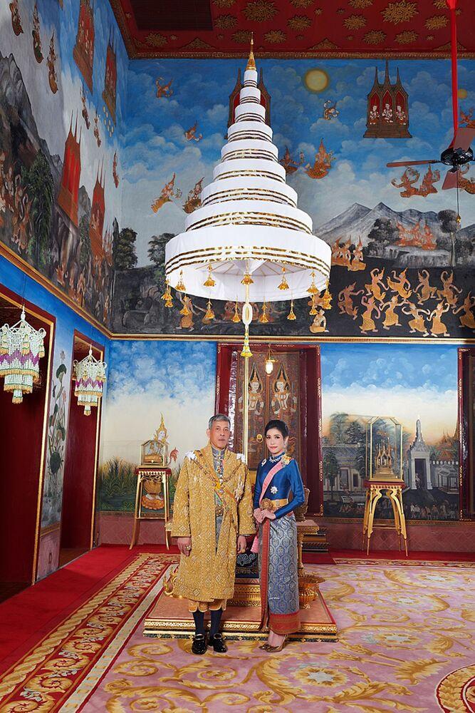 Thailand's King Maha Vajiralongkorn ve Sineenat Bilaskalayani'nin, resmi metres ilan edildiği törende yan yana verdikleri bir poz.
