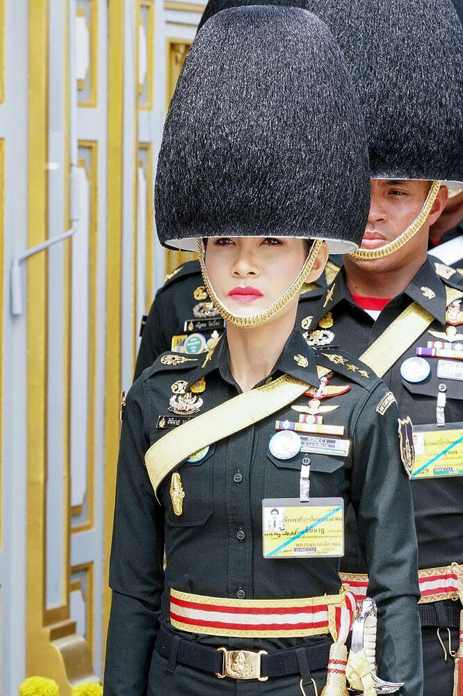 Tayland Kralı'nın resmi metresi Sineenat Bilaskalayani'nin, askeri geçit töreninden bir fotoğrafı.