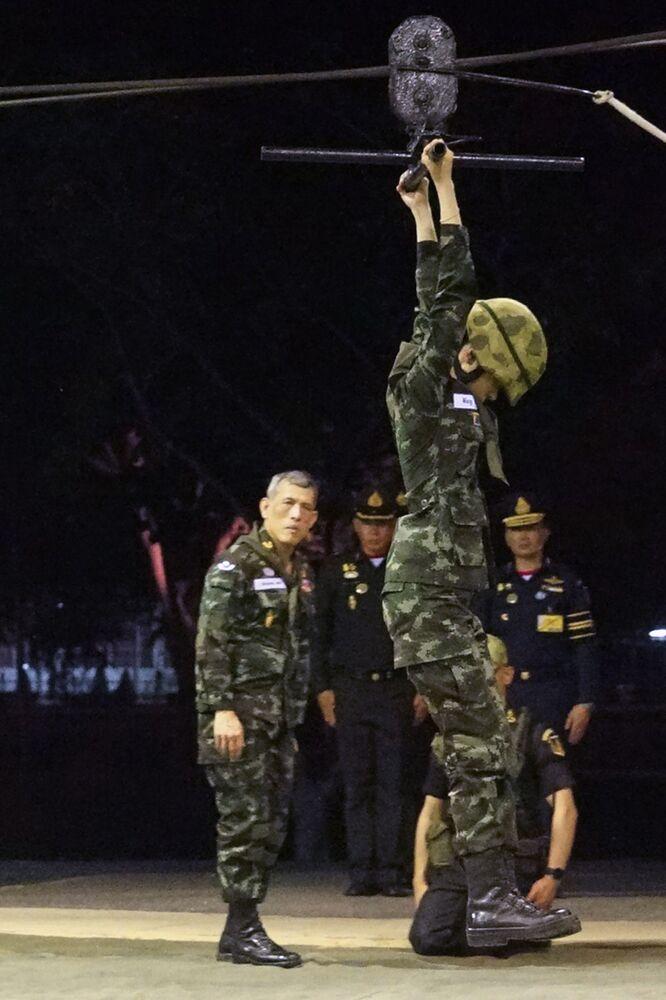 Tayland Kralı'nın, askeri talim yapmakta olan resmi metresi Sineenat Bilaskalayani'ye baktığı bir fotoğraf.