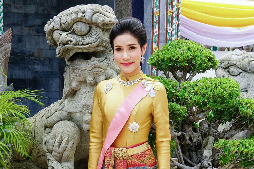 Sineenat Wongvajirapakdi adıyla tanınan Sineenat Bilaskalayani'nin tören sonrası çekildiği bir fotoğraf.