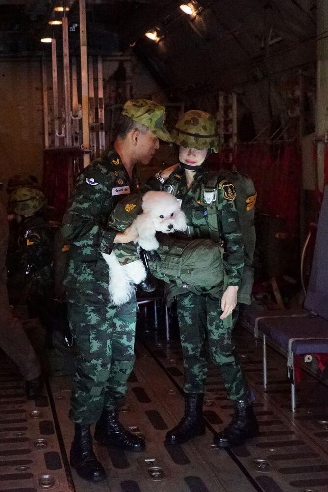 Tayland Kralı ve resmi metresi Sineenat Bilaskalayani'nin üniforma içinde bir fotoğrafı.