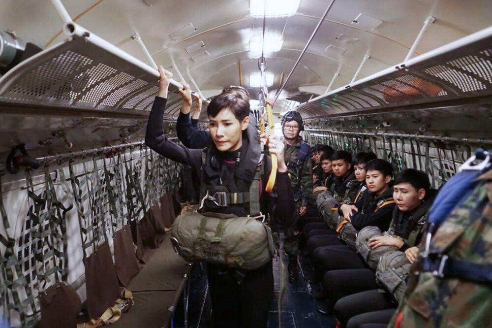 Tayland Kralı'nın Sineenat Wongvajirapakdi adıyla tanınan resmi metresi Sineenat Bilaskalayani'nin, atlayış öncesi paraşüt giysilerinin içinde olduğu bir fotoğraf.