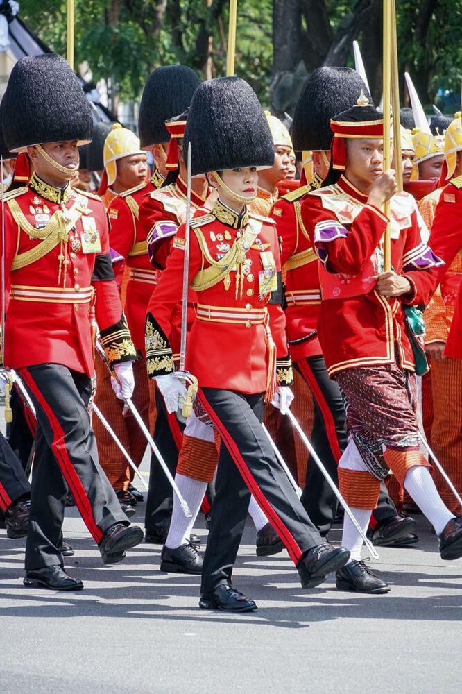 Tayland Kralı'nın resmi metresi Sineenat Bilaskalayani'nin, askeri geçit töreninde muhafız olarak görev aldığı bir fotoğrafı.