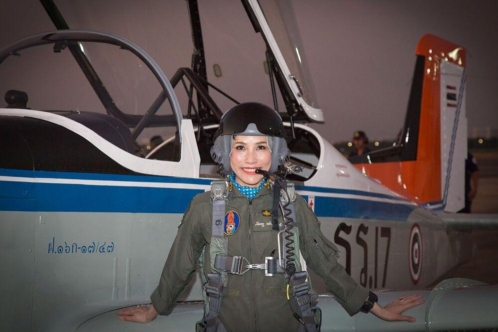 Savaş pilotu olarak Tayland ordusuna hizmet etmiş olan Sineenat Bilaskalayani'nin, bir uçak önünde verdiği poz.