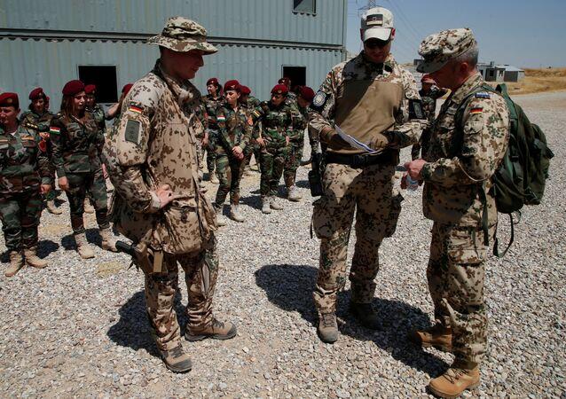 2000'lerin başından beri daha çok yurtdışı görev üstlenen Alman ordusunun askerleri, Kuzey Irak'ta peşmergeye eğitim veriyor.