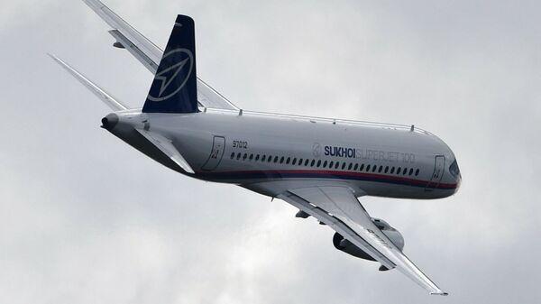 Российский ближнемагистральный узкофюзеляжный пассажирский самолет Sukhoi Superjet 100 на авиасалоне МАКС-2019  - Sputnik Türkiye